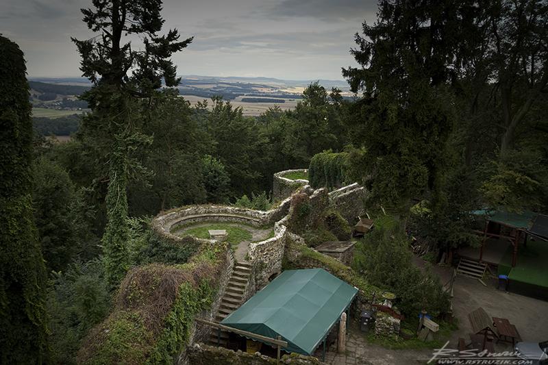Zamek Grodziec. Pozostałości po wschodnich basztach.